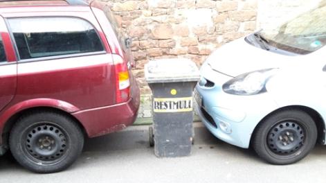 Parken im Seitengässchen mit Abstandhalter